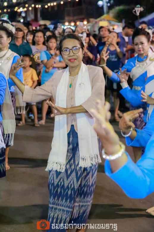 นางลัดดา เจษฎาพาณิชย์ นายกเทศมนตรีเทศบาลเขมราฐ ร่วมแสดงกับนักเรียนแกนนำทั้งสองโรงเรียน