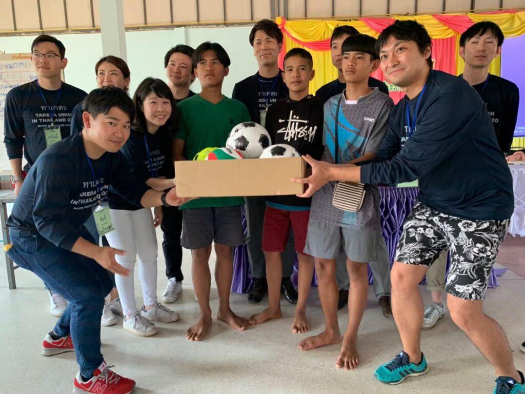 ส่งมอบอุปกรณ์การกีฬาให้กับนักเรียนในชุมชน และโรงเรียน