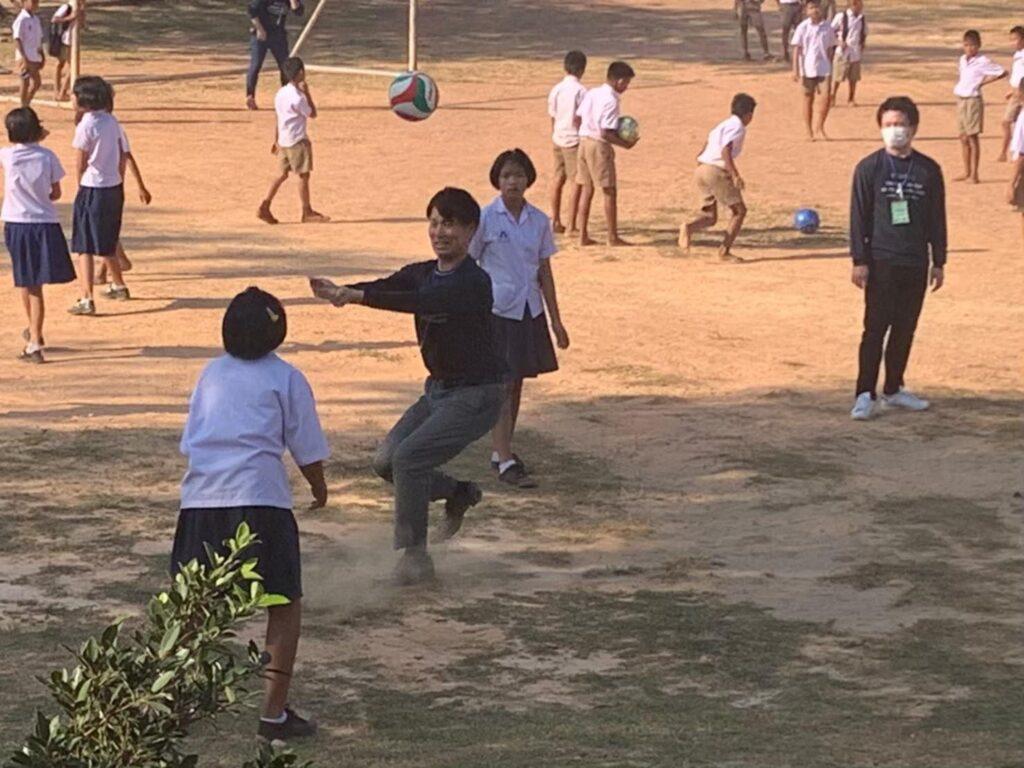 นักเรียนและกลุ่มสหภาพแรงงานร่วมเล่นกีฬาด้วยกันด้วยความสนุกสนาน