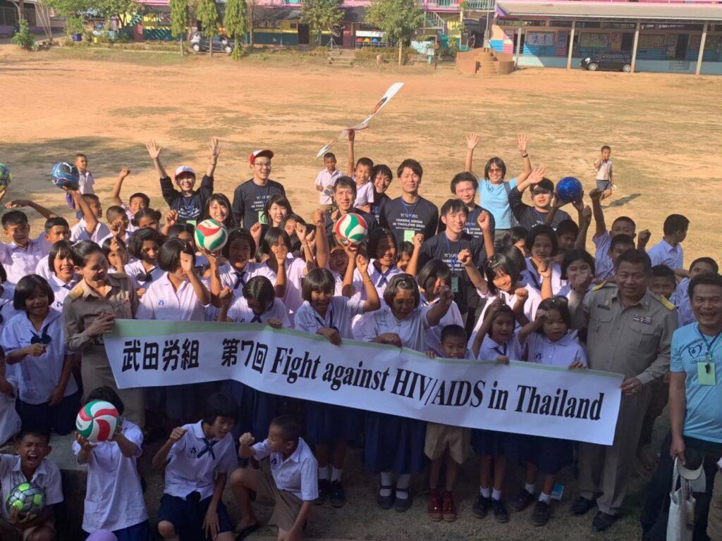 บันทึกภาพกับนักเรียน หลังเล่นกีฬา ที่สนามกีฬาโรงเรียนบ้านสองคอน