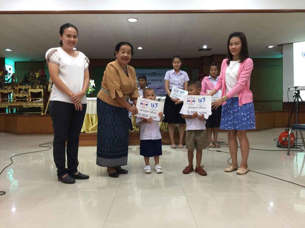 ประธานชมรมผู้สูงอายุฯ เป็นตัวแทนจากสมาคมญี่ปุ่นแห่งประเทศไทยมอบเงินทุนการศึกษาให้กับนักเรียนทุน