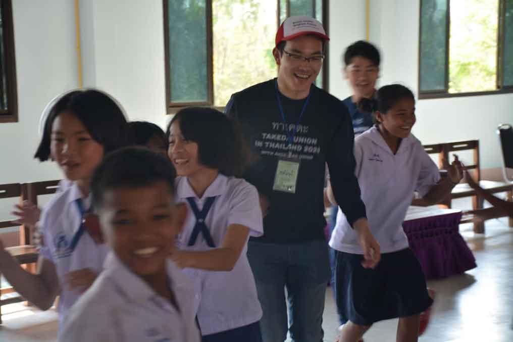 เด็กๆ ร่วมกิจกรรมกับกลุ่มสหภาพแรงงานทาเคดะด้วยความสนุกสนาน